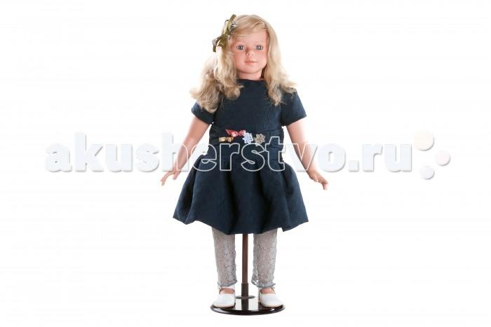 Dnenes/Carmen Gonzalez Кукла коллекционная Алтея в вечернем платье 80 смКукла коллекционная Алтея в вечернем платье 80 смКукла коллекционная Алтея в вечернем платье 80 см - большая подарочная кукла-девочка испанского производителя традиционных кукол для детей Dnenes.  Алтеи самые большие и роскошные куклы. Благодаря скрупулезной детализации куклы выглядят очень реалистично. Несомненно, эта кукла способна украсить любой интерьер.  Алтея одета в нарядное темно-синее платье с набивным рисунком. Классический фасон платья имеет короткий рукав, заниженную талию, пышную юбку и застегивается на пуговицы сзади. Пояс дополнительно украшен аппликацией. Особую торжественность наряду придают гипюровые леггинсы благородного дымчатого цвета. На ножках обуты белые кожаные туфельки с золотистой застежкой и перфорацией.  Волосы светлые, вьющиеся, хорошо прошитые. Глаза серо-голубые, стеклянные, обрамлены ресничками, не закрываются. Тело комбинированное: твердый винил, мягко набивные вставки. Прическу поддерживает бант из ткани.  Кукла не имеет запаха и обладает приятным тактильным эффектом.  Коллекционная кукла Carmen Gonzalez продается в большой подарочной коробке с шелковой лентой.<br>