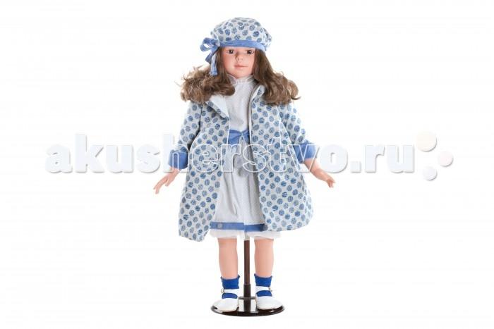 Dnenes/Carmen Gonzalez Кукла коллекционная Алтея в летнем пальто 80 смКукла коллекционная Алтея в летнем пальто 80 смКукла коллекционная Алтея в летнем пальто 80 см - большая подарочная кукла-девочка испанского производителя традиционных кукол для детей Dnenes.  Алтеи самые большие и роскошные куклы. Благодаря скрупулезной детализации куклы выглядят очень реалистично. Несомненно, эта кукла способна украсить любой интерьер.  Алтея одета в необыкновенный летний комплект: платье и легкое пальто. Воздушное платьице классического фасона сшито из ткани стального цвета в горошек с комбинированной отделкой из тонкой сеточки и синего вельвета. У платья декоративный воротник-стоечка, короткие рукава, пышная юбочка и пуговицы на спине. Талию украшает широкий вельветовый пояс с большим бантом и двумя мягкими помпончиками.  Роскошное летнее пальто с длинными рукавами выполнено из дорогой серой ткани в синий горох. Воротник и рукава декорированы синим вельветом. Подкладка у пальто белого цвета.  На ножках одеты темно-синие ажурные носочки и кожаные белые туфельки с золотистой застежкой, которые прекрасно сочетаются со всем нарядом.  Берет составляет комплект с пальто и прекрасно завершает образ.  Волосы темные, вьющиеся, хорошо прошитые. Глаза карие, стеклянные, обрамлены ресничками, не закрываются. Тело комбинированное: твердый винил, мягко набивные вставки.   Кукла не имеет запаха и обладает приятным тактильным эффектом.  Коллекционная кукла Carmen Gonzalez продается в большой подарочной коробке с шелковой лентой.<br>