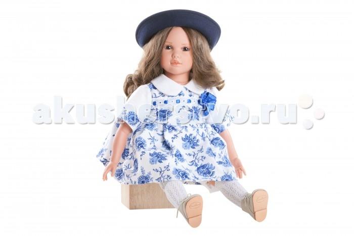 Dnenes/Carmen Gonzalez Кукла Натали в платье Гжель и широкополой шляпе 60 смКукла Натали в платье Гжель и широкополой шляпе 60 смКукла Натали в платье Гжель и широкополой шляпе - большая и привлекательная кукла-девочка испанского производителя традиционных кукол для детей Dnenes.  Кукла Натали очень похожа на настоящую девочку. Большие распахнутые глаза, пухлые губки и вздернутый носик, а ещё самые роскошные, густые и длинные волосы. Любая девочка будет в восторге от этой куклы. Эта роскошная кукла украсит самый изысканный интерьер.  Натали одета в яркое и оригинальное платье с рисунком под Гжель. У платья короткие рукава с манжетами и круглый воротничок. Юбка очень пышная. Платье застегивается на пуговицы на спине. На груди декоративный элемент из тесьмы и атласной ленты и бантик. В комплект входят белые панталончики. На ножках одеты белые ажурные гольфы. Кожаные бежевые коротенькие сапожки на шнуровке. Дополняет образ очаровательная фетровая шляпка темно-синего цвета.  Волосы темные, волнистые, хорошо прошитые. Глаза карие, стеклянные, обрамлены ресничками, не закрываются. Тело комбинированное: твердый винил, мягко набивные вставки.  Кукла не имеет запаха и обладает приятным тактильным эффектом.  Коллекционная кукла Carmen Gonzalez продается в красивой подарочной коробке.<br>