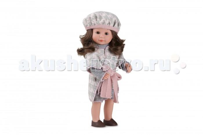 Dnenes/Carmen Gonzalez Кукла Мариэтта в вязаном кардигане и берете 34 смКукла Мариэтта в вязаном кардигане и берете 34 смКукла Мариэтта в вязаном кардигане и берете - очаровательная кукла-девочка испанского производителя в модном наряде.  Кукла одета в вязаный комплект в приятной серо-розовой гамме: платье серого цвета в белый горошек и пончо с узором гусиные лапки. Прямое платье классического фасона имеет длинные рукава, воротник-хомут и застежку- липучку на спине. Пончо подвязано широким вязаным поясом розового цвета. На ножках обуты аккуратные коричневые туфельки.   Копну густых и пышных волос сдерживает объемный вязаный берет. Волосы каштановые, хорошо прошитые. Глаза карие, стеклянные, обрамлены ресничками, закрываются.  Кукла не имеет запаха и обладает приятным тактильным эффектом.  Кукла Carmen Gonzalez продается в красивой подарочной коробке с прозрачным окошком.<br>