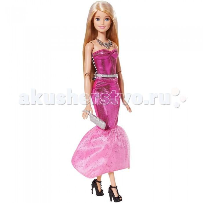 Barbie Кукла Барби в платье-трансформереКукла Барби в платье-трансформереКукла Барби в платье-трансформере – просто находка для юной модницы.   Она одета в шикарное длинное розовое платье с блестками. Низ платья украшен двойной юбкой, верхний слой которой из кружева, покрытого блестками.   Дополнением к платью идет серебристый поясок и яркое колье, которое отлично смотрится на открытой шее. Ноги куклы обуты в черные туфли на высоком каблуке.   Если вашей кукле нужно сменить стиль, то с помощью нескольких легких движений, платье может превратиться в короткую желтую юбку и майку в черно-белую полоску.   С этим нарядом хорошо будут сочетаться белые кеды, входящие в комплект. Ну а если на нее надеть розовые солнечные очки в виде сердечек, то она будет просто бесподобна!   Длинные светлые волосы куклы могут менять цвет с помощью набора для окрашивания.   В комплект входит кукла, платье-трансформер, 2 пары туфель, 2 сумочки, ожерелье, солнечные очки, расческа и комплект для окраски волос.   Голова куклы поворачивается, руки и ноги сгибаются, поднимаются и опускаются.   Игрушка продается в блистерной упаковке.   Высота куклы: 30 сантиметров.<br>