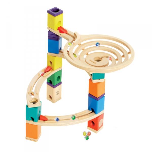 Деревянная игрушка Hape Конструктор Quadrilla Е6005Конструктор Quadrilla Е6005Игровой набор состоит из множества разноцветных кубиков с отверстиями. Кидая разноцветные шарики в воронку, малыш наблюдает, как они скатываются вниз по выстроенным лабиринтам. Вид конструкции малыш может менять на свое усмотрение.   Малыш может играть как самостоятельно, так и в компании друзей или родителей. Игра развивает навыки мелкой моторики, воображение, пространственное мышление, позволяет юному строителю проявить свой творческий потенциал. Способствует осознанию причинно-следственных связей.  Состав: дерево, пластик, элементы из стекла.<br>