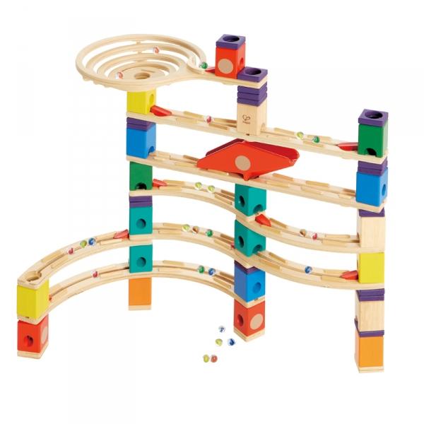 Деревянная игрушка Hape Конструктор Quadrilla Е6007Конструктор Quadrilla Е6007Игровой набор состоит из множества разноцветных кубиков с отверстиями. Кидая разноцветные шарики в воронку, малыш наблюдает, как они скатываются вниз по выстроенным лабиринтам. Вид конструкции малыш может менять на свое усмотрение.  Малыш может играть как самостоятельно, так и в компании друзей или родителей.  Игра развивает навыки мелкой моторики, воображение, пространственное мышление, позволяет юному строителю проявить свой творческий потенциал. Способствует осознанию причинно-следственных связей.  Состав: дерево, пластик, элементы из стекла.<br>