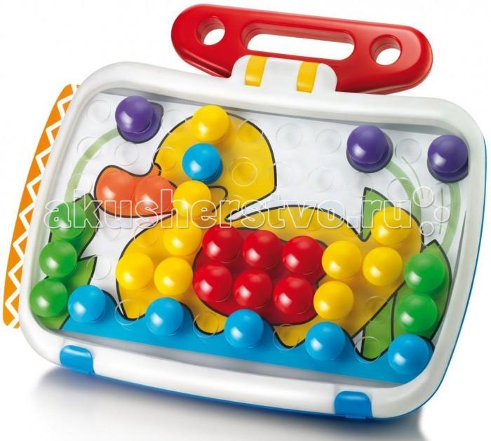 Quercetti Мозаика Комби Джуниор в чемоданчикеQuercetti Мозаика Беби Бейсик в чемоданчике развивает творческие способности у детей, внимание и усидчивость.   В наборе:  60 пуговиц 6-ти различных цветов  6 карточек с картинками  1 кейс<br>