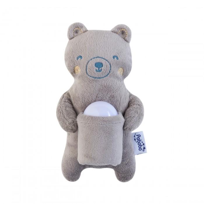 Pabobo Ночник Мишка-путешественникНочник Мишка-путешественникPABOBO Ночник Мишка-путешественник  Давно полюбившийся ночник путешественник в красивой упаковке.  Внутри Вы найдете ночник путешественник, а так же мягкую игрушку! Прекрасно оформленный ночник будет идеальным подарком новорожденному и его родителям!  Ночник путешественник- это переносной ночной светильник, работающий без проводов или батареек, специально созданный для использования детьми.   Будучи небольшим источником света, светильник Путешественник позволяет родителям наблюдать за ребёнком во время сна и при этом не будить его.   Лёгкий и компактный: его легко держать в одной руке, а подросшие дети смогут с его помощью передвигаться по комнате и видеть дорогу, и не будить при этом родителей.  Светильник путешественник заряжается прямо от розетки электросети и освещает комнату в автономном режиме непрерывной работы около 70 часов – он и вправду «неутомим»!   Размеры упаковки: 24*24*8, Размер ночника: 5*5*7 Размер игрушки: 20*12*6  Успокаивает Идеален для того, чтобы наблюдать за ребёнком во время сна. Умный Автоматически включается и выключается. Переносной Лёгкий и компактный, так что подросшие дети смогут с его помощью передвигаться по комнате и видеть дорогу. Долго работает в автономном режиме До 70 часов автономной работы без батареек или проводов. Может использоваться детьми с рождения (возраст 10мес+) CE. Работает без проводов, без батареек (прямо подключается к источнику питания, не нужно никаких дополнительных приспособлений) Не содержит фталатов, в соответствии с европейскими распоряжениями в области товаров для детей младше 3 лет Практичный Саму игрушку можно стирать в  стиральной машине! Без ламп накаливания (не нужно больше менять лампочки!) Не нагревается (холодный светодиод)<br>