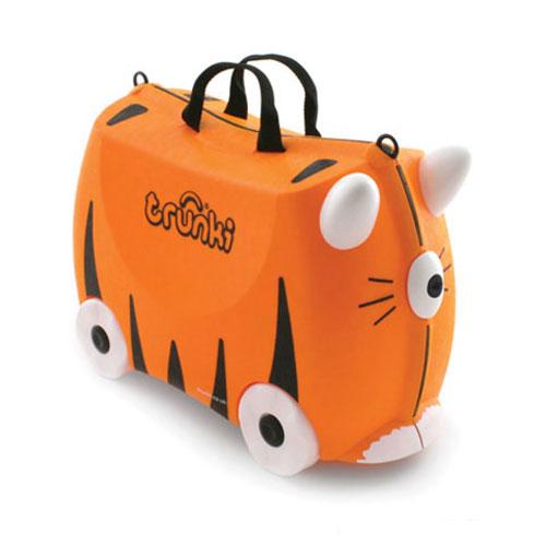 Trunki Чемодан на колесах Тигр TipuЧемодан на колесах Тигр TipuКрасочный и яркий чемодан для детских вещей.  Имеет очень прочную конструкцию, что позволяет использовать его, не только как обычный чемодан, но и как каталку. Имеет седлообразное основание для удобства вашего малыша. Теперь поездка и ожидание не будет таким утомительным.   Особенности чемоданов Trunki: предназначен для перевозки и хранения вещей и игрушек Вашего ребенка может быть использован как каталка для ребенка имеет прочный ремешок, что позволит катать родителям ребенка за собой выполнен в виде красочных и ярких персонажей, что очень понравится Вашему малышу  Станет прекрасным подарком!   Имеет 2 ручки для переноски.   Размеры чемодана 46 х 20,5 х 31 см. Размеры позволяют брать чемодан в самолет как ручную кладь.  Вес 1,7 кг   Внутренний объем 18 литров<br>