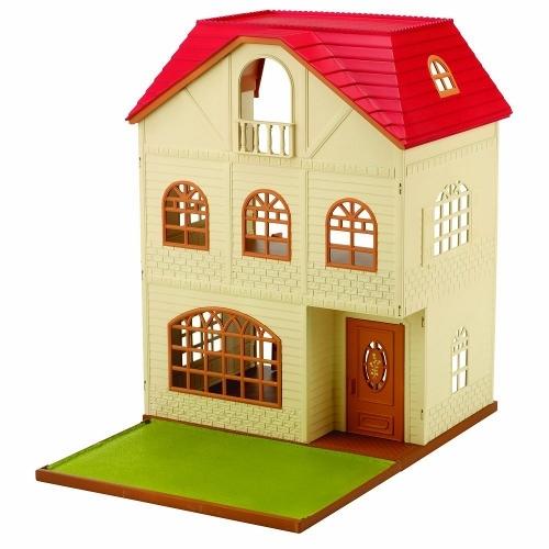 Sylvanian Families Трехэтажный домТрехэтажный домВ набор Sylvanian Families 2745 входит большой дом с черепичной крышей, полукруглыми окнами с декоративными решетками и небольшим балконом. В доме 3 этажа — два просторных и мансарда поменьше под самой крышей поменьше под крышей. На верхнем этаже есть маленький балкон. Перемещаться между этажами можно с помощью лестниц.  Задняя стенка у дома отсутствует — удобно играть внутри. Пол между третьим и вторым этажами можно вынуть, перевернуть зеленой стороной вверх и использовать как садик или стоянку для машин.  Внимание: зверюшки в набор не входят.  Сказочный мир игровых наборов Sylvanian Families разнообразен - это всевозможные зверюшки, у каждого из которых есть собственный дом, семья, работа. Состав семей в игровых наборах Sylvanian Families не ограничивается стандартным «папа, мама, ребенок», здесь есть даже бабушки и дедушки. Герои игровых наборов Sylvanian Families разнообразны: кролики, еноты, медведи, мыши, ежи, белки и многие другие. Однако разнообразием героев мир игрушек Sylvanian Families не ограничивается. Дома, предметы мебели, игрушечная еда и многие другие аксессуары представлены в ассортименте игрушек Sylvanian Families.<br>