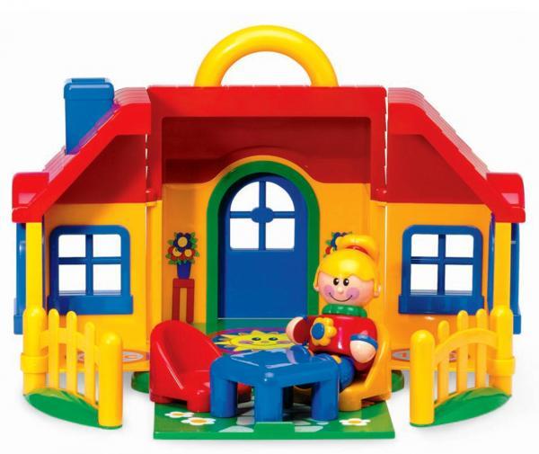 Tolo Toys Домик первых друзейДомик первых друзейСоберите семейку фигурок из серии «Первые друзья» в этом чудесном доме от «Tolo Toys». Небольшой окрашенный в желтое коттедж с красного цвета крышей ждёт своих первых обитателей.  Особенности строения: изготовлено из высококачественной пластмассы фасад домика с открывающейся дверью на тыльной стороне разбита зеленеющая лужайка, огороженная невысоким съемным забором на лужайке за широким столом на одном из удобных кресел сидит белокурая девушка, ожидая друзей при домике есть секретный садик, который может быть легко и незаметно вытянут из-под его «фундамента» имеется удобная ручка для переноски  Фигурка также как и все входящие в набор аксессуары выполнена их прочного качественного пластика и тщательно проработана (обтекаемые формы, отсутствие острых углов и краев). Конечности фигурки подвижны: двигаются ножки и ручки, а голова поворачивается с мягкими щелчками. Кроме того, грудь девушки в красном свитере и синих брюках украшает цветок, являющийся кнопкой-пищалкой.   Игрушки Tolo отличаются высоким качеством изготовления и повышенной прочностью.<br>