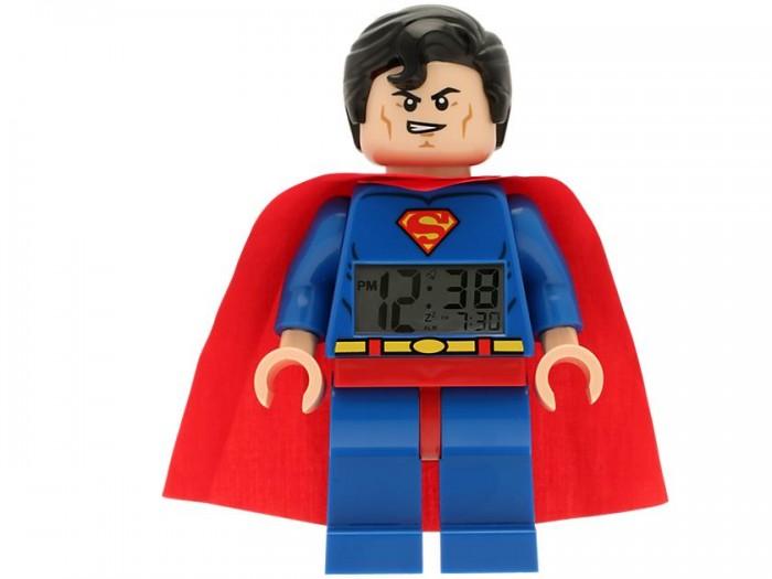 Конструктор Lego Будильник Супер Герои Супермэн минифигураБудильник Супер Герои Супермэн минифигураLego Будильник Супер Герои Супермэн минифигура – это не только часы, но и игрушка. С Суперменом вашему малышу точно не будет страшно засыпать. Он скрасит и минуты просыпания – гораздо приятнее просыпаться, если тебя будит Супергерой, в таком случае в кровать залеживаться просто стыдно!  Супермен одет в красно-синий костюм. На синей куртке принты в виде эмблемы и поясного ремня. На плечах – красный плащ. Черные густые волосы гладко причесаны. На лице – ухмылка победителя, которому по плечу любая проблема. Руки и ноги минифигурки подвижны.  Немного ниже груди Супермена находится дисплей, на котором отображается время в 12-часовом формате и время, на которое установлен будильник. У дисплея есть подсветка. На спине – кнопки, с помощью которых можно корректировать текущее время и выставлять будильник, а также батарейный отсек. На крышке батарейного отсека изображены логотипы лего и серии Супергерои. Для работы будильника Супермен лего 9005701 требуются 2 батарейки ААА.<br>