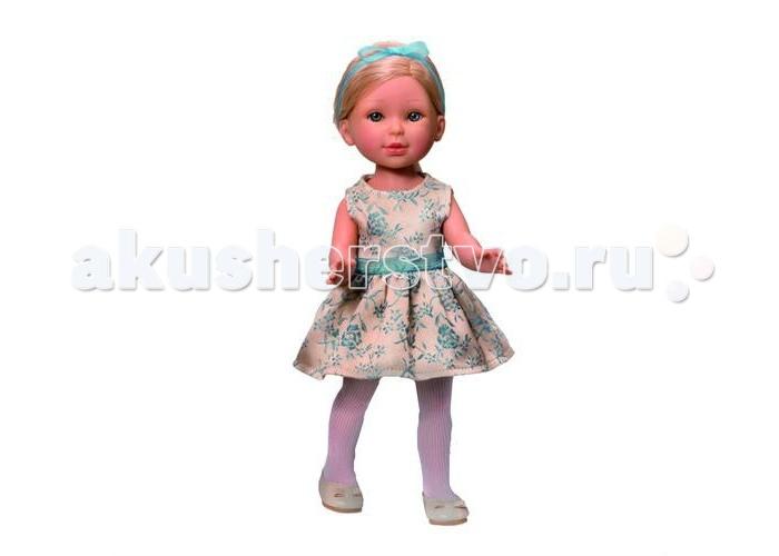 Vestida de Azul Паулина блондинка без челки Весна КлассикаПаулина блондинка без челки Весна КлассикаVestida de Azul Паулина блондинка без челки Весна Классика - эта романтичная блондинка восхищает с первого взгляда своим милым и реалистичным личиком, красиво уложенной прической, а также нежным весенним образом в классическом стиле.  Особенности: Изящная светловолосая красавица Паулина в наряде: светлое платье с цветочными узорами и пышной юбкой, колготки и светлые балетки. Нежный весенний образ в классическом стиле поможет сформировать вкус ребенка. Личико Паулины очень милое: щечки с легким румянцем, слегка вздернутый носик, пухлые губки и выразительные глаза с длинными ресницами, наклеенными вручную, которые выглядят как настоящие. Длинные волосы куклы густо прошиты и напоминают натуральные. Девочка сможет создавать оригинальные прически и укладки. Высокая детализация кукол: очень четко очерченные пальчики, складочки, румянец на щечках, коленках и локтях. Кукла изготовлена из плотного гипоаллергенного винила высокого качества без ароматизаторов, и самостоятельно стоит. Подвижные руки, ноги и голова для незабываемой реалистичной игры. В наборе: кукла Паулина комплект одежды<br>