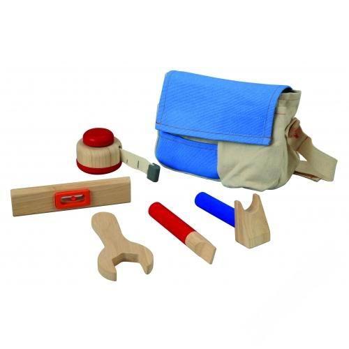Деревянная игрушка Plan Toys Набор инструментовНабор инструментовНабор деревянных инструментов – очень полезная игрушка для мальчика.   Удобная сумка вмещает все необходимые инструменты юного строителя.   Игрушка прекрасно подходит для ребят, которым нравится мастерить. Совсем как у папы.  В комплекте: молоток, гаечный ключ, отвертка, уровень, рулетка.  Материал сумки: ткань, пригодна для стирки.<br>