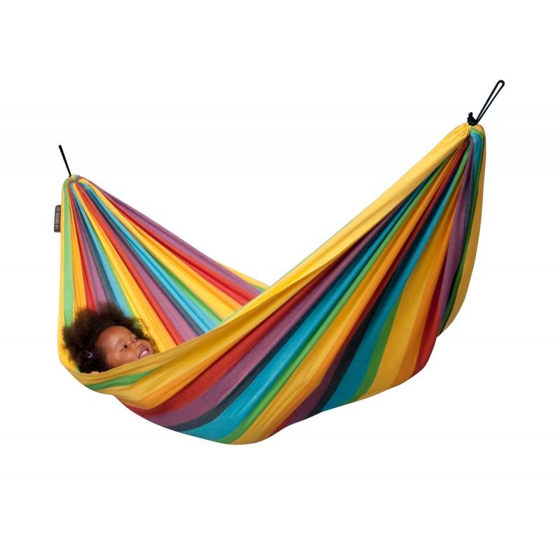 La Siesta Детский гамак Iri RainbowДетский гамак Iri RainbowЭтот продукт разработан специально для детей, а произведен в Колумбии, где гамак является неотъемлемой частью ежедневной жизни.  В гамаке ребенок чувствует себя защищенным и с удовольствие играет в нем. Кроме того, раскачиваясь, гамак благотворно влияет на развитие чувства равновесия и содействует гармоничному развитию.   Детские гамаки La Siesta одобрены немецкой федеральной ассоциацией по развитию осанки и физических упражнений.   Благодаря особой структуре и удвоению уточных нитей ткань, изготовленная из высококачественного хлопка, становится особо прочной, что гарантирует долгий срок службы, а закрытая система подвеса гарантирует безопасность.   Отдых в гамаке подарит особенное ощущение свободы и невесомости, позволит расслабиться, ощутить душевный комфорт и уют от ощущения кокона, которое дарит любой гамак, вне зависимости от конструкции.  Подходит для детей в возрасте от 3 до 9 лет.  Материал - хлопок. Чистый хлопок, безвредный для кожи, удобный материал, отличающийся особой прочностью и долговечностью. На его длинных волокнах краски играют особенно ярко.  Необходимое минимальное расстояние 150 см. Максимальная нагрузка 80 кг. Длина пространства для лежания 210 см. Ширина ткани 110 см.  Стирка при температуре 30 гр.<br>