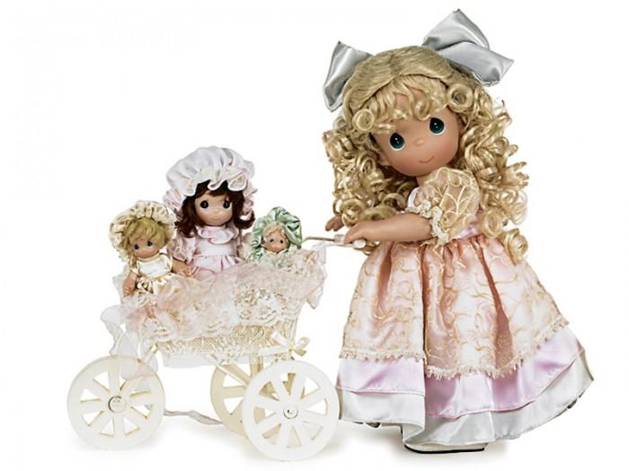 Precious Кукла Драгоценные моменты 40 смКукла Драгоценные моменты 40 смКоллекционная кукла Precious Moments Драгоценные моменты выпущенная в ограниченной серии, одета в шикарное светло-розовое атласное платье, декорированное текстильными цветами и большим бантом.   Светлые, вьющиеся волосы куклы украшены большим, атласным бантом. У куклы милое личико с большими изумрудными глазами. Вся одежда съемная.  Также к кукле прилагается коляска с тремя маленькми куколками.   Рост куклы 40 см.<br>