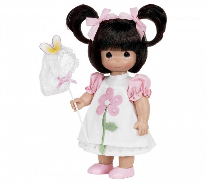 Precious Кукла Поцелуй бабочки для тебя 30 смКукла Поцелуй бабочки для тебя 30 смКоллекционная кукла Precious Moments Поцелуй бабочки для тебя  очарует вас и вашу дочурку с первого взгляда!   Кукла Поцелуй бабочки для тебя одета в бело-розовое платье, украшенное декоративными элементами. Под платьем надеты белые панталоны, на ногах куклы - розовые туфельки. Темные волосы собраны в два хвостика и украшены бантиками. В набор с куклой входит сачок для бабочек. На милом личике куклы большие карие глаза.    Особенности:  Вся одежда съемная.   Кукла изготавливается из качественного, безопасного материала и имеет пять базовых точек артикуляции.   Кукла имеет свой неповторимый образ и характер.   Волосы прошитые, из качественного синтетического волокна или крученых ниток, в зависимости от образа. Рост куклы 30 см.<br>
