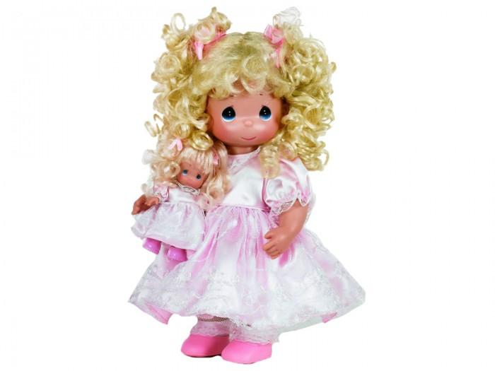 Precious Кукла Такая же, как я блондинка 30 смКукла Такая же, как я блондинка 30 смКоллекционная кукла Precious Moments Кукла Такая же, как я очарует вас и вашу дочурку с первого взгляда!   Кукла Такая же, как я со светлыми волосами одета в атласное платье, украшенное кружевом. У куклы милое личико с большими голубыми глазами. В комплекте с куклой идет ее игрушка - маленькая куколка, одетая так же, как она.    Особенности:  Вся одежда съемная.   Кукла изготавливается из качественного, безопасного материала и имеет пять базовых точек артикуляции.   Кукла имеет свой неповторимый образ и характер.   Волосы прошитые, из качественного синтетического волокна или крученых ниток, в зависимости от образа. Рост куклы 30 см.<br>