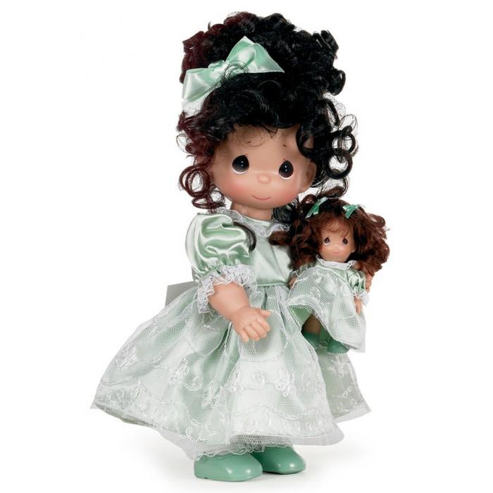 Precious Кукла Такая же, как я брюнетка 30 смКукла Такая же, как я брюнетка 30 смКоллекционная кукла Precious Moments Кукла Такая же, как я очарует вас и вашу дочурку с первого взгляда!   Кукла с темными волосами одета в атласное платье светло-зеленого цвета, украшенное кружевом. У куклы милое личико с большими карими глазами. В комплекте с куклой идет ее игрушка - маленькая куколка, одетая так же, как она.    Особенности:  Вся одежда съемная.   Кукла изготавливается из качественного, безопасного материала и имеет пять базовых точек артикуляции.   Кукла имеет свой неповторимый образ и характер.   Волосы прошитые, из качественного синтетического волокна или крученых ниток, в зависимости от образа. Рост куклы 30 см.<br>