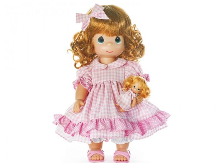 Precious Кукла Мечты Долли 30 смКукла Мечты Долли 30 смКоллекционная кукла Precious Moments Мечты Долли очарует вас и вашу дочурку с первого взгляда!   Кукла одета в клетчатое платье и розовые сандалии. У куклы рыжие волнистые волосы, украшенные бантиком в тон платья. В руках девочка держит маленькую куколку.   Особенности:  Вся одежда съемная.   Кукла изготавливается из качественного, безопасного материала и имеет пять базовых точек артикуляции.   Кукла имеет свой неповторимый образ и характер.   Волосы прошитые, из качественного синтетического волокна или крученых ниток, в зависимости от образа. Рост куклы 30 см.<br>