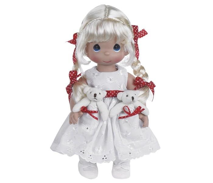 Precious Кукла Друзья в кармашке блондинка 30 смКукла Друзья в кармашке блондинка 30 смКоллекционная кукла Precious Moments Друзья в кармашке очарует вас и вашу дочурку с первого взгляда!   Кукла одета в белое платье, украшенное красным поясом в горох. На платье имеются два кармана, в которых уютно разместились две мягкие игрушки - друзья куколки. Светлые волосы заплетены в две косички. На милом личике большие синие глаза.    Особенности:  Вся одежда съемная.   Кукла изготавливается из качественного, безопасного материала и имеет пять базовых точек артикуляции.   Кукла имеет свой неповторимый образ и характер.   Волосы прошитые, из качественного синтетического волокна или крученых ниток, в зависимости от образа. Рост куклы 30 см.<br>