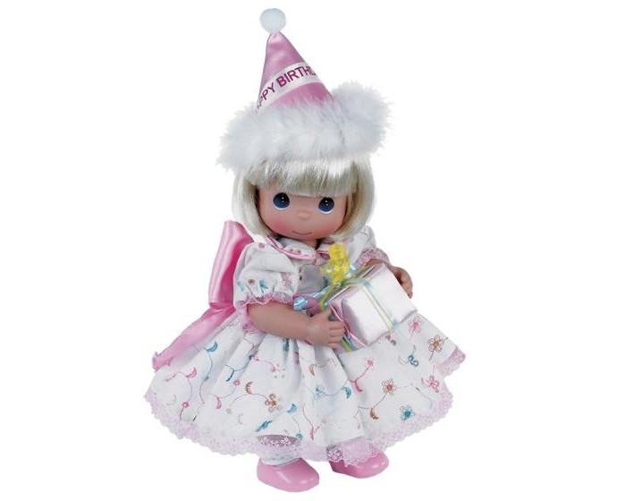 Precious Кукла С Днем Рождения блондинка 30 смКукла С Днем Рождения блондинка 30 смКоллекционная кукла Precious Moments С Днем Рождения очарует вас и вашу дочурку с первого взгляда!   Кукла одета в белое платье, украшенное вышивкой и розовым бантом. Под платьем надеты белые панталоны, на ногах куклы - белые носочки и розовые туфельки. У девочки светлые волосы и большие синие глаза. В руках она держит коробку с подарком, а на голове у куклы праздничный колпак.    Особенности:  Вся одежда съемная.   Кукла изготавливается из качественного, безопасного материала и имеет пять базовых точек артикуляции.   Кукла имеет свой неповторимый образ и характер.   Волосы прошитые, из качественного синтетического волокна или крученых ниток, в зависимости от образа. Рост куклы 30 см.<br>
