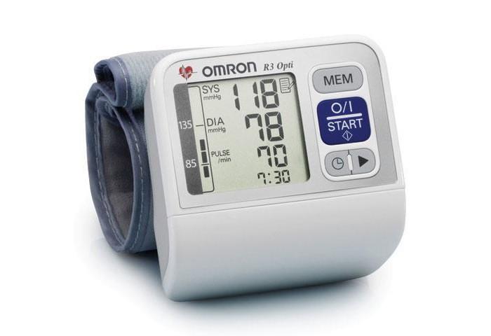 Omron Тонометр R3 OptiТонометр R3 OptiOmron Тонометр R3 Opti с укоренным измерением – бездекомпрессионным методом.  Технология Intellisense – это запатентованная технология интеллектуального измерения, используемая только в тонометрах Omron во всем мире.   Электронные тонометры Omron обеспечивают максимальную точность измерений. Каждый тонометр имеет клинически апробированный алгоритм измерения артериального давления.  Особенности: Физиологичная манжета (13,5-21,5 см) обеспечивает естественное расположение прибора на руке, что способствует максимально точному результату. Индикатор аритмии.  Индикатор движения: Если во время проведения измерения Вы двигались, на экране появится индикатор движения. Повторите измерение, не двигаясь. Расчет среднего значения: 3-х измерений за последние 10 минут. Графический индикатор уровня АД сигнализирует совпадают ли с нормой для результатов измерения артериального давления в домашних условиях. В случае регулярной фиксации отклонений от нормы необходимо обратиться к врачу. Объем памяти: 60 измерений с регистрацией даты и времени.<br>