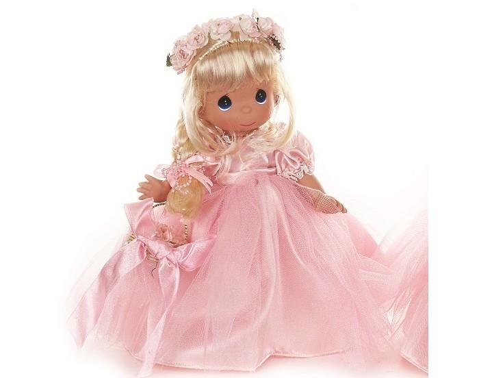 Precious Кукла Драгоценный лепесток блондинка 30 смКукла Драгоценный лепесток блондинка 30 смКукла Precious Moments Драгоценный лепесток блондинка очарует вас и вашу дочурку с первого взгляда!   Кукла одета в шикарное светло-розовое платье с пышной юбкой. На ногах - туфельки в цвет платья. Светлые длинные волосы куклы заплетены в косу. Очаровательный образ дополняют венок из роз на голове и корзинка с цветами и атласным бантом. У девочки большие синие глаза.   Особенности:  Вся одежда съемная.   Кукла изготавливается из качественного, безопасного материала и имеет пять базовых точек артикуляции.   Кукла имеет свой неповторимый образ и характер.   Волосы прошитые, из качественного синтетического волокна или крученых ниток, в зависимости от образа. Рост куклы 30 см.<br>