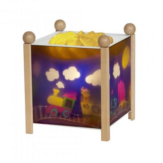 Trousselier Светильник-ночник в форме куба ПаровозикСветильник-ночник в форме куба ПаровозикВолшебный ночник Trousselier в форме куба Паровозик с паровозиком, который едет в страну сладких снов помогает малышам заснуть.  Мягко вращающаяся сцена успокаивающие воздействует на малыша, обеспечивая комфортное засыпание и спокойный сон.  Ночники Trousselier - идеальный аксессуар для детской комнаты. Нежный свет и красочные картинки создадут атмосферу уюта, успокоят и убаюкают кроху.  Характеристики: Классический ночник с вращающейся картинкой Цилиндр ночника вращается благодаря системе нагрева от лампочки 12 V 20 W, розетка E 14.C Размер: 17 см x 19 см  Материал: металлический корпус, деревянные ножки и углы, пластиковый, жароустойчивый цилиндр Поставляется в подарочной упаковке Соответствует нормам безопасности: CE EN 60598-2-10  Французский бренд Trousselier вот уже более 40 лет создает уникальные коллекции детских игрушек, товаров для дома и интерьера. Вся продукция изготовлена из натуральных материалов с соблюдением высоких европейских стандартов качества.<br>