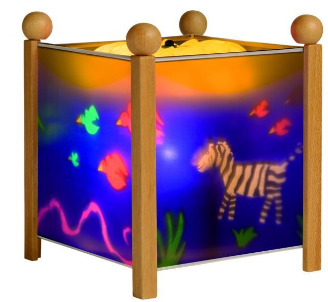 Trousselier Светильник-ночник в форме куба ДжунглиСветильник-ночник в форме куба ДжунглиВолшебный ночник Trousselier в форме куба Джунгли с забавными обитателями джунглей помогает малышам заснуть.  Мягко вращающаяся сцена успокаивающие воздействует на малыша, обеспечивая комфортное засыпание и спокойный сон.  Ночники Trousselier - идеальный аксессуар для детской комнаты. Нежный свет и красочные картинки создадут атмосферу уюта, успокоят и убаюкают кроху.  Характеристики: Классический ночник с вращающейся картинкой Цилиндр ночника вращается благодаря системе нагрева от лампочки 12 V 20 W, розетка E 14.C Размер: 17 см x 19 см  Материал: металлический корпус, деревянные ножки и углы, пластиковый, жароустойчивый цилиндр Поставляется в подарочной упаковке Соответствует нормам безопасности: CE EN 60598-2-10  Французский бренд Trousselier вот уже более 40 лет создает уникальные коллекции детских игрушек, товаров для дома и интерьера. Вся продукция изготовлена из натуральных материалов с соблюдением высоких европейских стандартов качества.<br>