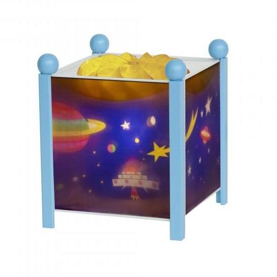 Trousselier Светильник-ночник в форме куба КосмосСветильник-ночник в форме куба КосмосВолшебный ночник Trousselier в форме куба Космос с забавными обитателями космоса помогает малышам заснуть.  Мягко вращающаяся сцена успокаивающие воздействует на малыша, обеспечивая комфортное засыпание и спокойный сон.  Ночники Trousselier - идеальный аксессуар для детской комнаты. Нежный свет и красочные картинки создадут атмосферу уюта, успокоят и убаюкают кроху.  Характеристики: Классический ночник с вращающейся картинкой Цилиндр ночника вращается благодаря системе нагрева от лампочки 12 V 20 W, розетка E 14.C Размер: 17 см x 19 см  Материал: металлический корпус, деревянные ножки и углы, пластиковый, жароустойчивый цилиндр Поставляется в подарочной упаковке Соответствует нормам безопасности: CE EN 60598-2-10  Французский бренд Trousselier вот уже более 40 лет создает уникальные коллекции детских игрушек, товаров для дома и интерьера. Вся продукция изготовлена из натуральных материалов с соблюдением высоких европейских стандартов качества.<br>