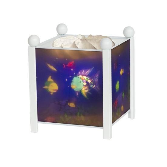 Trousselier Светильник-ночник в форме куба Rainbow FishСветильник-ночник в форме куба Rainbow FishВолшебный ночник Trousselier в форме куба Rainbow Fish с забавными обитателями подводного мира помогает малышам заснуть.  Мягко вращающаяся сцена успокаивающие воздействует на малыша, обеспечивая комфортное засыпание и спокойный сон.  Ночники Trousselier - идеальный аксессуар для детской комнаты. Нежный свет и красочные картинки создадут атмосферу уюта, успокоят и убаюкают кроху.  Характеристики: Классический ночник с вращающейся картинкой Цилиндр ночника вращается благодаря системе нагрева от лампочки 12 V 20 W, розетка E 14.C Размер: 17 см x 19 см  Материал: металлический корпус, деревянные ножки и углы, пластиковый, жароустойчивый цилиндр Поставляется в подарочной упаковке Соответствует нормам безопасности: CE EN 60598-2-10  Французский бренд Trousselier вот уже более 40 лет создает уникальные коллекции детских игрушек, товаров для дома и интерьера. Вся продукция изготовлена из натуральных материалов с соблюдением высоких европейских стандартов качества.<br>