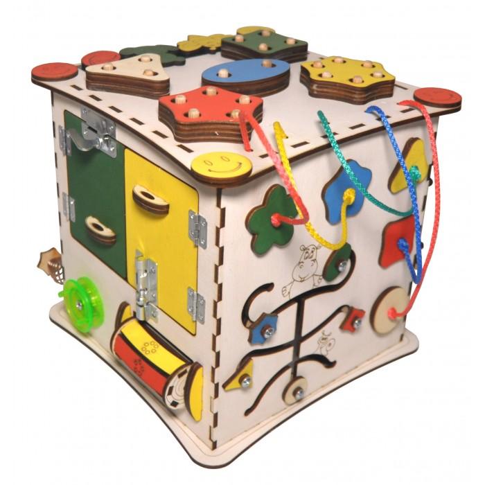 Деревянная игрушка Iwoodplay Куб развивающийКуб развивающийДеревянная игрушка Iwoodplay Куб развивающий igk-01-01 может стать оптимальным решением для небольших детских благодаря своей компактности.  Бизиборды помогают малышам развить мелкую моторику,координацию движения, внимание, усидчивость, творческое и логическое мышление, помощь в освоении бытовой деятельности, что способствует развитию малыша. Цветовое исполнение возможно в различных вариантах. Бизиборд выполнен из качественных и безопасных для детей материалов. Не требует много места, а по наполнению не уступает большим бизибордам!!!  Бизиборд включает в себя следующие поля:  Набор дверей с замочками (3 шт);  Набор шестерен;  Кроссовки со шнуровкой; Катушка для лески с трещоткой;  Зиппер;  Вращающийся валик;  Лабиринт из 5 фигур; Сортер шкантовый из 5 фигур; Игрушки на липучке; Шкатулка – тайничок.  Размер куба: 25х25х25 см Рекомендации по уходу: Протирка влажной тряпкой<br>