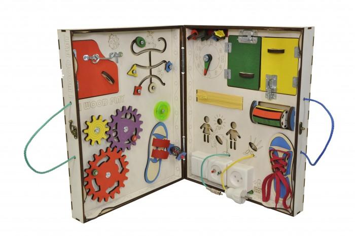 Деревянная игрушка Iwoodplay Бизиборд складной с электрикой (блоком светоиндикации)Бизиборд складной с электрикой (блоком светоиндикации)Деревянная игрушка Iwoodplay Бизиборд складной с электрикой (блоком светоиндикации) igs-02-01 - данный вид доски очень удобен для тех, кто ездит с ребенком на дачу, отдых или куда либо еще. доска в сложенном состоянии не займет много места, и ее практически невозможно повредить.  В раскрытом состоянии доска заменит большой бизиборд, а на обратной стороне расположена интересная настольная игра - шагалка. Фигурки для игры на четверых игроков в комплекте.  Бизиборды помогают малышам развить мелкую моторику, координацию движения, внимание, усидчивость, творческое и логическое мышление, помощь в освоении бытовой деятельности, что способствует развитию самостоятельности малыша.  Бизиборд включает в себя следующие поля:  Набор дверей с замочками (3 шт). Сзади каждой двери можно установить карточку либо фотографию, тем самым сделать игру более занятной; Блок электричества - двухкнопочный выключатель, выключатель бра, розетка, разъем 5 мм, разъем аудио моно (тюльпан). Каждый разъем и переключатель вкючает отдельный светодиод; Набор шестерен;  Кроссовки со шнуровкой;  Катушка для лески с трещоткой;  Зиппер;  Вращающийся валик; ;  Лабиринт из 5 фигур; фигурка на пружинке; Большое игровое поле на задней стороне. Фишки для игры вчетвером в комплекте  Размер доски в разложенном состоянии 68х42х4.5 см , в сложенном состоянии 34х42х9 см Рекомендации по уходу: Протирка влажной тряпкой<br>