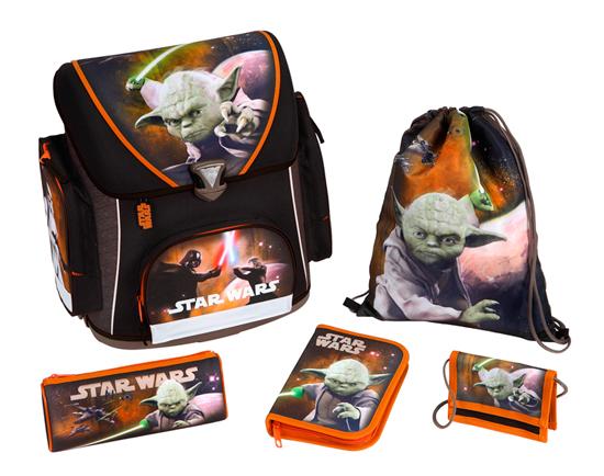 Scooli Портфель с наполнением Star Wars (5 предметов)Портфель с наполнением Star Wars (5 предметов)Undercover Портфель с наполнением Star Wars (5 предметов) будет сопровождать его всегда и везде! Все составляющие выдержаны в одном стиле, стиле Звездных Войн, а это значит, мальчишки будут в непередаваемом восторге от такого комплекта!   Чудесный ранец изготовлен из высококачественного, водоотталкивающего материала, имеет прочную, каркасную конструкцию, а также пластиковое дно для предотвращения деформации ранца. Приобретая этот комплект, вы мгновенно освобождаетесь от многочисленных забот, связанных с подготовкой вашего ребенка к школе!  Особенности: В ранце обнаружите 3 замечательных кармана, каждый из которых очень вместительный.  Для дополнительного удобства вашего ребенка при носке рюкзака предусмотрена мягкая спинка со вставками из воздухообменной сетки, а также регулируемые лямки с системой вентиляции.   В комплекте: Портфель Пенал с многочисленными письменными принадлежностями (1 простой карандаш, 8 цветных карандашей, 5 цветных фломастеров с вентилируемыми колпачками, пластиковая линейка 16 см, пластиковая линейка в форме треугольника, точилка, ластик) Пенал-косметичка, который можно использовать по разному назначению Детский кошелек, куда будут вложены деньги для похода в столовую  Сумка для сменной обуви  Размеры: Размер рюкзака: 37 х 41 х 20 см Размер пенала-косметички: 22 х 8.5 х 4.5 см Размер кошелька: 13 х 9 см Размер сумки для сменной обуви: 37 х 28.5 см<br>