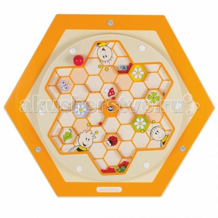 Деревянная игрушка Beleduc Настенный игровой элемент Пчелы. ПыльцаНастенный игровой элемент Пчелы. ПыльцаBeleduc Настенный игровой элемент Пчелы. Пыльца станет чудесным развлечением для Вашего любознательного малыша или малышки.   Помочь дружелюбным пчелкам собрать ценную пыльцу сможет каждый счастливчик, у которого в руках окажется такой замечательный настенный игровой лабиринт! Элемент развивает фантазию, даёт первые знания о природе и стимулирует речевую активность.  Изготовлен игровой элемент из экологически чистого материала - дерева, покрытого натуральным лаком. Поверхность элемента гладкая, приятная на ощупь. С помощью надежных креплений элемент можно установить на стене.  Размеры: 57,7 х 50 см<br>