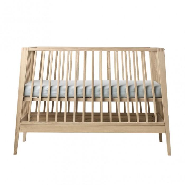 Кроватка-трансформер Leander LineaLineaКроватка Leander Linea - это красивая, изящная, функциональная и уникальная кроватка, которая растет вместе с ребенком.   Кроватка Leander - это сочетание удобства и элегантности. Она будет соответствовать потребностям растущего ребенка.    Особенности:  Днище кроватки можно устанавливать на трех уровнях  Трансформируется из кроватки в небольшой красивый диван  Внешний вид кроватки меняется в соответствии с потребностями и фантазиями малыша  Поверхность обработана устойчивым безопасным лаком.  Без матраса.<br>