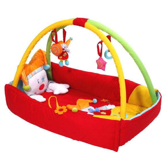 Развивающий коврик BabyOno КлоунКлоунРазвивающий коврик для детей BabyOno Клоун  Развивающий: формирует воображение ребёнка учит различать формы и цвета развивает зрение, осязание и слух включает шелестящие и подвижные элементы, игрушки   Удобный: на коврике можно лежать как на спине, так и на животе обеспечивает ребёнку полную свободу движений приятный и мягкий материал обеспечивает комфорт для ребёнка  Практичный: может использоваться дома и вне дома специальная сумка для переноса и хранения благодаря простой конструкции коврик легко содержать в чистоте игрушки можно отстёгивать и использовать для игры самостоятельно, или же подвесить в кроватке или коляске  Размеры: внешние размеры сложенного коврика: 76 x 43 см высота бортиков: 16 см размеры разложенного коврика: 110 x 110 см<br>