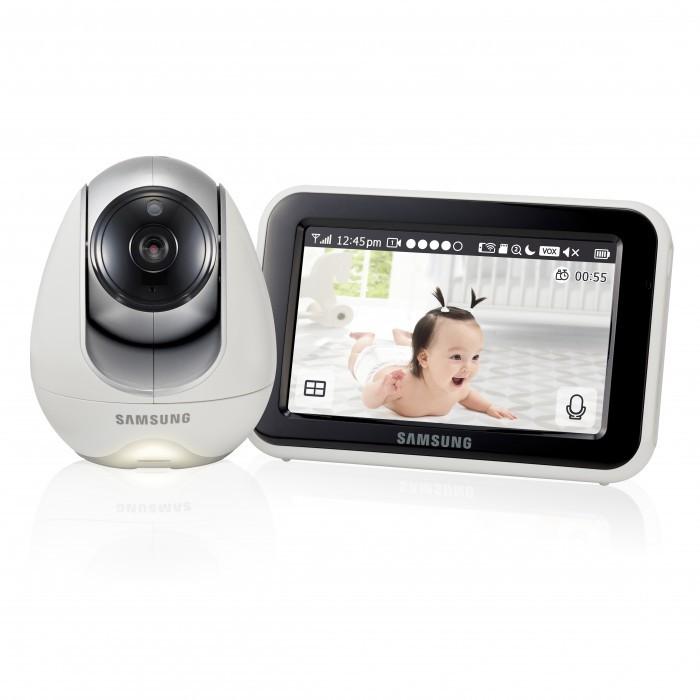 Samsung Видеоняня SEW-3053WPВидеоняня SEW-3053WPSamsung Видеоняня SEW-3053WP оснащена всеми необходимыми функциями для комфортного и безопасного удалённого контроля за ребенком.  Особенности: Поворотная Wi-Fi видеоняня.  разрешение камеры 1280x720, 2.4 GHz, 1/4 Color CMOS Image Sensor, горизонтальный угол обзора 55°,  встроенная ИК-подсветка 5 м.,  поворот 300°/наклон 110°, сенсорный монитор 12,7 см (5 дюймов) LCD,  поддержка SD карт,  встроенный микрофон, динамик,  удаленный доступ через интернет,  бесплатное приложение Baby View для Android и iOS, фотодневник с настройкой автоматического фотографирования, цифровой зум, возможность подключения до 4-х камер, автоматическая система ночного видения,  ночник на детском блоке, удаленное и ручное управление, встроенные колыбельные мелодии, двухсторонняя связь с малышом.<br>