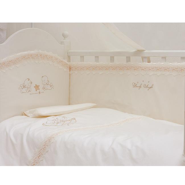 Комплект в кроватку Makkaroni Kids Lovely Angels 125х65 (6 предметов)Lovely Angels 125х65 (6 предметов)Lovely Angels 125х65 (6 предметов) - комплект нежно-бежевого цвета, с оригинальной вышивкой. Комплект сочетает в себе классический стиль и современные тенденции развития. Ваш малыш будет сладко спать в натуральных тканях, а проснувшись, найдет себе увлекательное занятие. Комплект с элементами развития, вышивка нового поколения 3D.  Материалы: Ткань: САТИН, 100% хлопок. Наполнитель: Одеяло, подушка – бамбуковое волокно. Борт – Hollcon. Декор: вышивка 3D с элементами развития (рисунок авторский)  Комплект из 6 предметов: борт по всему периметру кроватки (съемные чехлы) одеяло (наполнитель бамбуковое волокно): 110х140 см подушка для новорожденного (наполнитель бамбуковое волокно): 40х60 см пододеяльник: 112х147 см наволочка: 40х60 см простыня на резинке: 125х65 см  Борт по всему периметру кроватки, со съемными чехлами, состоит из четырех частей, высота по периметру - 40 см, изголовье – 45 см.  Наполнитель борта – Hollcon, он совершенно не боится влаги, что говорит о его лучших гигиенических качествах. И - самое главное – в постельных принадлежностях из холлкона не заводятся клещи и прочая нежелательная живность. Бортик от Makkaroni Kids прекрасно защитит вашего малыша от сквозняков пока он маленький, а когда ребенок подрастет и начнет самостоятельно вставать, предотвратит от возможных ушибов.  Большим преимуществом борта является съемные чехлы. Вы сможете его постирать и при этом не деформировать.  Верхняя ткань одеяла и подушки – 100% хлопок, наполнитель – Hollcon с бамбуковым волокном - обладает натуральными антимикробными свойствами, не вызывает никаких раздражений на коже человека, идеально подходит детям. Волокно из бамбука создаёт комфорт и обеспечивает здоровым и спокойным сном, регулирует температуру Вашего тела, обладает влагопоглощением, замечательной вентилирующей способностью.  Размер одеяла позволяет продлить его использование до 5 лет.  Высота подушки, в