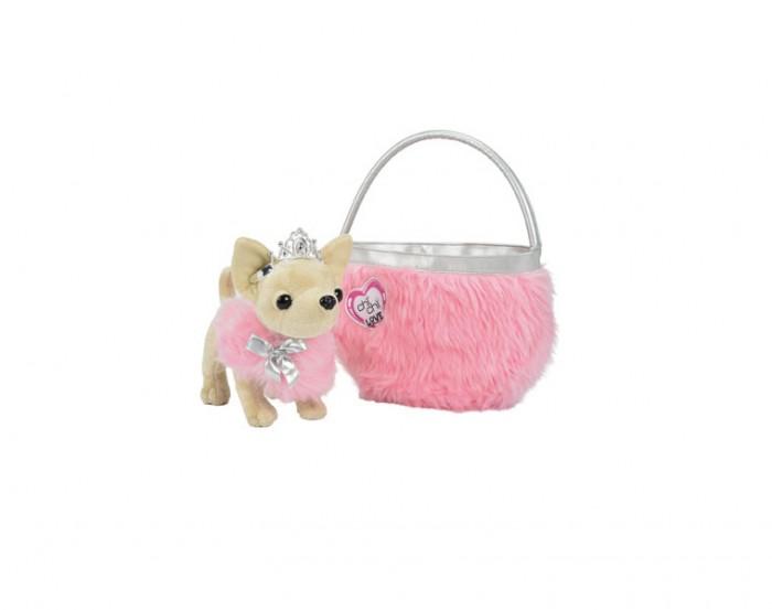 Мягкая игрушка Simba Собачка Чихуахуа принцесса Chi Chi LoveСобачка Чихуахуа принцесса Chi Chi LoveМягкая игрушка Simba Собачка Чихуахуа принцесса Chi Chi Love одета в супер модное меховое манто. Роскошная накидка из красивого меха розового цвета теперь украшает нашу малышку - поистине королевский наряд! Ну а какая же принцесса без короны - аккуратная тиара, усыпана камнями, красуется на головке Чи Чи Лав! Весь неповторимый наряд дополнен стильной сумочкой! Ножки у собачки гибкие. Таким образом, она может сидеть, стоять.  Собачкпредставляет собой не просто игрушку, но и стильный аксессуар для маленьких модниц!  Теперь ваша юная леди сможет подражать таким звездам как Риз Уизерспун и Перис Хилтон, которые повсюду носят с собой своих собачек любимцев.   Собачек можно брать с собой на прогулку и в гости, они подчеркнут неповторимый стиль и обаяние своей хозяйки, станут отличным дополнением к ее образу.  Размер собачки: 20 см  Комплект:  Собачка  Сумочка Коврик Браслет-ошейник<br>
