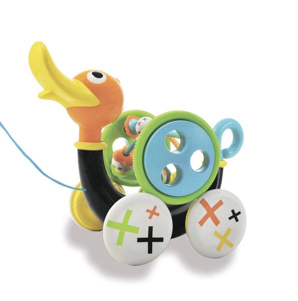 Каталка-игрушка Yookidoo Музыкальная уточкаМузыкальная уточкаКаталка-игрушка Yookidoo Музыкальная уточка сможет научить малыша совершать свои первые шаги.   Особенности: Ребенок тянет за веревочку (которая раполагается в теле уточки) и игрушка едет вперед, при этом свистит и издает забавные звуки Звуки включаются только тогда, когда игрушка едет Для того, чтобы насладиться игрой, малыш должен учиться шагать вперед, при этом тянуть уточку за собой Если ребенку надоест музыкальное спровождение, то его можно отключить, повернув хвостик Уточки Дополнительно в набор входит большая игрушка-погремушка, которая крепится к телу Уточки Игрушку можно снимать и использовать как отдельную игрушку. На игрушке располагаются маленькие игрушечки, которые малыш может перетаскивать пальчиком из стороны в сторону Музыкальная уточка учит малыша ходить, развивает мелкую моторику рук, логику, слуховое восприятие<br>