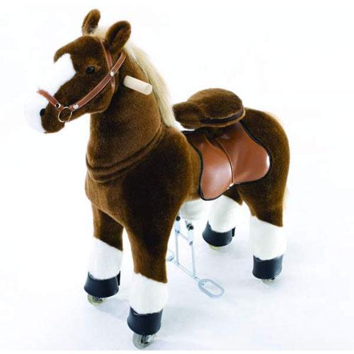 Каталка Ponycycle Чернобурка малая 3152Чернобурка малая 3152Каталка Ponycycle Чернобурка малая озвученная - это детская механическая лошадка, уникальная игрушка для верховой езды, которая позволяет малышу ощутить себя настоящим наездником. Чтобы привести лошадку в действие Вам не понадобятся батарейки или аккумуляторы, движение происходит механически. Для этого ребенку нужно сесть в седло, лицом вперед, держась руками за деревянные ручки на голове поницикла, надавить на педали-стремена и немного привстать, седло поднимется вверх, затем наездник сгибает колени и седло опускается вниз. Полная имитация верховой езды.  Чем активнее ребенок будет садиться, и привставать в седле, тем резвее будет скакать его лошадка. Ваш малыш получит ни с чем несравнимое ощущение настоящей верховой езды. При этом лошадка не перегружает опорно-двигательный аппарат ребенка, это можно сказать – первый тренажер при игре с которым у ребенка развиваются основные группы мышц. Езда на лошадке положительно влияет на осанку, что немаловажно для дошкольников и школьников младших классов.  Конструкция и материалы: Каркас игрушки изготовлен из высокопрочной стали, рычажно-шарнирный механизм сбалансирован и устойчив, корпус выполнен из пенопласта Ножки игрушки оснащены полиуретановыми колесами, диаметром 80 мм, едут плавно и бесшумно В механизме колес имеется противооткатная защита Экстерьер повторяет внешний вид животного Меховая одежка выполнена из мягкого, гипоаллергенного материала Срок службы 1 год  Важная информация: Всадник обязательно должен сидеть в седле, а не на корпусе поницикла Одновременно кататься на поницикле может только один всадник Поницикл двигается только вперед. Не пытайтесь двигать его назад, так можно повредить колеса Никогда не просовывайте руки между сиденьем седла и корпусом поницикла Хранить поницикл нужно в вертикальном положении, в сухом, проветриваемом помещении От 4-и до 10-и лет  Обслуживание: При необходимости шкурка легко чистится, с помощью моющих средств, в этом пл