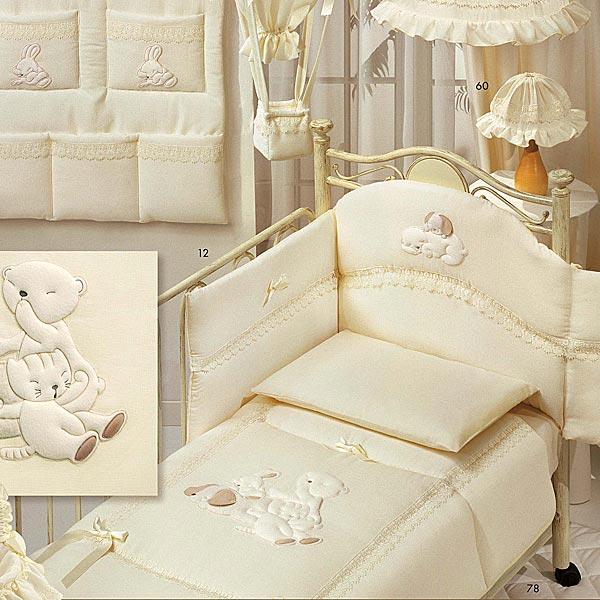 Комплект в кроватку Italbaby Cuccioli (5 предметов)Cuccioli (5 предметов)Коллекция итальянского белья Italbaby Cuccioli:   натуральная ткань: 100% хлопок  отделка аппликацией в сочетании с кружевами в старинном стиле и атласными бантами  деликатные швы, рассчитанные на прикосновение к нежной коже ребёнка  идеально подходит для мальчиков и для девочек  отлично вписывается в любой интерьер  можно стирать в стиральной машине (щадящий режим)  бельё сертифицировано, гипоаллергенно и полностью безопасно  цвет: бежевый   Комплект состоит из:  размер одеяла 100 х 130 см пододеяльника бампера простыни наволочки.   Уникальное бельё Italbaby Cuccioli создано с любовью к малышам итальянскими мастерами и сочетает в себе станинные традиции и современные технологии... Высокотехнологичное производство позволило соединить ткани различных фактур, что делает бельё особенно мягким и приятным на ощупь.... Ваш малыш полюбит это бельё и будет сладко спать в объятиях ласковых мишек и уютных мягких котят...<br>