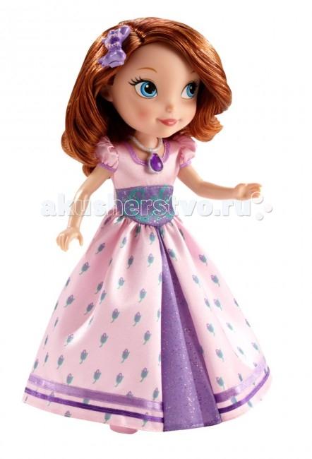 Sofia the First Mattel Кукла София базовая в новом наряде 25 смMattel Кукла София базовая в новом наряде 25 смКукла Mattel Sofia базовая в новом наряде очень удивит и порадует маленькую поклонницу мультфильма «София прекрасная».   Особенности: На этой кукле очень детализированное платье из атласной ткани, которое украшено блеском.  На кукле также есть красивое ожерелье, а в волосах — бантик с подковкой. Волосы куклы насыщенного рыжевато-каштанового цвета, очень мягкие и приятные на ощупь, их так приятно расчесывать.  В комплекте есть также маленькая подвеска с портретом Софии, которую можно использовать как часть браслета или как кулончик для девочки.  Кукла София — это очень нежная, милая и по-детски очаровательная куколка, лучший выбор для девочек, любящих истории про принцесс.<br>