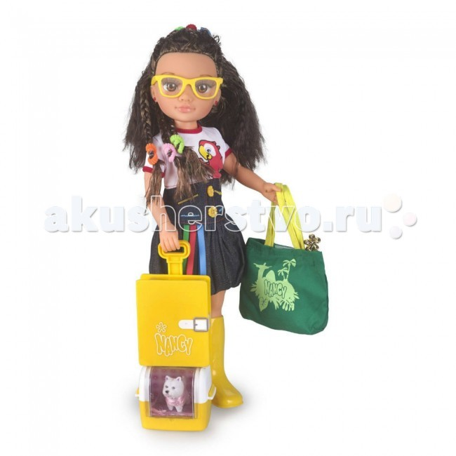 Famosa Кукла Нэнси Путешественница Рио-де-ЖанейроКукла Нэнси Путешественница Рио-де-ЖанейроКукла Famosa Нэнси Путешественница Рио-де-Жанейро красавица Нэнси не любит сидеть на месте, она обожает путешествовать. Куда же она отправится сегодня? Нэнси – модель в Рио-де-Жанейро!   Очаровательная кукла от известного испанского бренда Famosa, которая нравится и дочкам, и их мамам, одета в стильное платье с попугаем, и гламурные желтые очки, а ее волосы имеют необычный для Нэнси цвет (она – шатенка)!   Взрослая Нэнси отправляется в Рио не одна: с ней – ее питомец, маленький белый песик в уютной переноске. Кроме того, у куклы есть все необходимые аксессуары для поездки: документы для путешествий, удобная и вместительная сумка, секретный дневник, запирающийся на ключик, и красивые тематические наклейки.   Кукла Нэнси Путешественница имеет новую высоту, теперь ее рост – 46 сантиметров!<br>