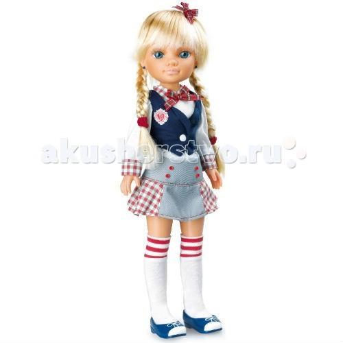 Famosa Кукла Нэнси в колледжеКукла Нэнси в колледжеКукла Famosa Нэнси в колледже - Нэнси стала совсем большой! Кукла выросла и поступила в колледж. Отправляйтесь на занятия вместе с Nancy и вы.   Кукла одета в стильный костюм, изображающий форму колледжа: аккуратная юбка со множеством деталей (пуговицы, складки, вставки из клетчатой ткани), белая блузка с клетчатым бантом и приталенный синий жилет, украшенный эмблемой колледжа.   Вместе с Нэнси вы найдете все необходимое для того, чтобы играть в колледж: красивый пенал, два простых карандаша, точилку и ластик. С этими принадлежностями, украшенными символикой Nancy девочка может отправиться и в школу.   Кукла выпущена испанским брендом Famosa. Как и другие игрушки Nancy, она может самостоятельно стоять.   Игрушка предназначена для девочек старше 3 лет.<br>