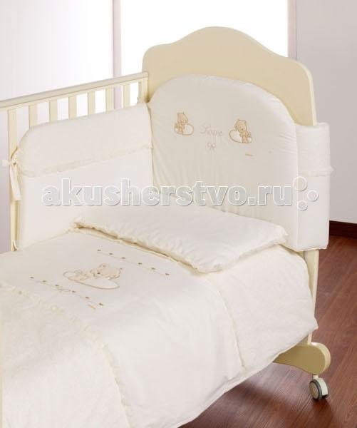 Комплект в кроватку Italbaby Love (5 предметов)Love (5 предметов)Комплект постельного белья Love от компании Italbaby идеально подойдет для люльки-кроватки из одноименной коллекции.  Гипоаллергенно, сертифицировано, стирка в стиральной машине.  Комплект может быть дополнен фирменными аксессуарами: колыбель, конверт на молнии, настольный абажур, плетеная корзина для аксессуаров, корзина для переноски.   Комплект из 5 предметов:  бампер простынь на резинке наволочка одеяло  пододеяльник  Состав: 100% хлопок.  Общие размеры: одеяло, пододеяльник (дхш) 100х130 см наволочки (дхш) 40х60 см простынь на резинке 63х125 см<br>
