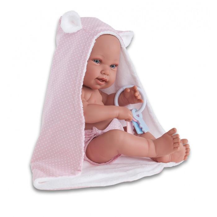 Munecas Antonio Juan  Кукла Ирена 42 смКукла Ирена 42 смКукла-младенец Ирена выглядит совсем как ребенок. Она одета в трусики и дополнена полотенцем с капюшоном и погремушкой.  Личико сделано с детальными прорисовками. Образы малышей Мунекас разработаны известными европейскими дизайнерами. Они натуралистичны, анатомически точны, с подвижными ручками и ножками, копируют настоящих младенцев.  Полностью изготовлены из высококачественного винила с покрытием софт тач, мягкого и приятного на ощупь.   Кукла упакована в красивую подарочную коробку.  Куклы Antonio Juan Munecas существуют уже более 40 лет и пользуется заслуженной популярностью в Европе. Куклы производятся исключительно в Испании, из высококачественных материалов, безвредных для ребенка. Образы кукол разрабатываются ведущими Европейскими дизайнерами, они высокохудожественны, натуралистичны (девочки/мальчики), одеты в красивую современную одежду, сшитую из натуральных тканей. Упакованы в стильные фирменные коробки.  В наш век технического прогресса классические куклы Антонио Хуан, с милыми добрыми детскими чертами не перестают пользоваться популярностью, а способность разговаривать, смеяться и плакать делает их вполне современными и интересными даже для самых «продвинутых» деток.<br>
