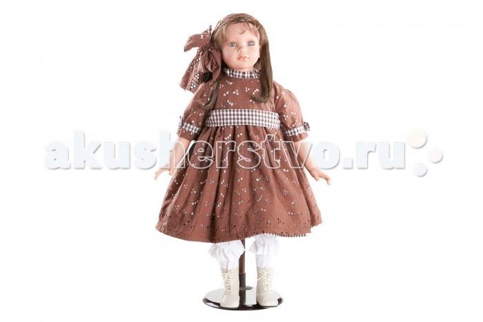 Dnenes/Carmen Gonzalez Кукла Кэрол в коричневом платье ришелье 72 смКукла Кэрол в коричневом платье ришелье 72 смБольшая и привлекательная кукла-девочка испанского производителя традиционных кукол для детей Dnenes. Высота куклы - 72 см.  Кэрол одета в шикарное гипюровое платье шоколадного цвета. У платья слегка завешена талия, широкий пояс и очень пышная юбка; рукавчик со сборкой и небольшой декоративный воротничок-стоечка. Подол платья, пояс, воротничок - сшиты из декоративной клетчатой ткани, которая также украшает рукав платья в виде окантовки и аккуратного маленького бантика.   Волосы подвязаны объемной повязкой с большим бантом из той же ткани, что и платье. В комплект входят длинные бежевые панталончики.  На ножках одеты бежевые ажурные носочки. Кожаные черные коротенькие сапожки на шнуровке.  Тело - Комбинированное: твердый винил, мягко набивные вставки Волосы - Темные, волнистые, хорошо прошиты Глаза - Серо-голубые, стеклянные, обрамлены ресничками, не закрываются Одежда - Высококачественный текстиль. Шикарное гипюровое платье шоколадного цвета с декоративной клетчатой отделкой. Головной убор - Объемная повязка с большим бантом из той же ткани, что и платье Детали - Носочки бежевые, ажурные. Бежевые панталончики Обувь - Черные коротенькие сапожки из кожи со шнуровкой Дизайн - Изысканный. Детали лица, рук и ножек великолепно проработаны.  Упаковка - Большая подарочная коробка с шелковой лентой.  Все куклы Carmen Gozalez производятся на заводе в Испании по классической технологии. Технология изготовления кукол из латекса или винила была внедрена в 1940 году, в 1950-х эта технология стала популярна среди известных кукольных брендов по всему миру. Все куклы изготавливаются по уникальным пресс-формам с применением ручного труда. Каждая кукла хранит в себе тепло рук мастера.  Компания Dnenes очень гордится качеством своих кукол, компания неоднократно получала престижные награды на международных выставках, имеет европейские сертификаты безопасности. К особенностям 
