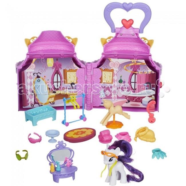Май Литл Пони (My Little Pony) Кукольный домик Бутик РаритиКукольный домик Бутик РаритиЕсли Ваша дочка является поклонницей популярного мультсериала о приключениях лошадок-пони, то она будет в восторге от этого набора. Игровой домик напоминает волшебный ларец, в котором скрылись несколько помещений, украсить которые девочка сможет сама, обставив их мебелью из комплекта. Особое место в наборе занимает его главная героиня – пони Рарити. Она выполнена в точности, как и персонаж мультфильма, а ее роскошный хвост и гриву можно причесывать и делать с ними разнообразные прически.  Особенности: Игровой набор выполнен в виде яркого ларца, который можно раскрыть. В комплекте также предусмотрены фигурка пони Рарити, высотой 7.5 см. и различные аксессуары (мебель, украшения), которыми можно дополнить интерьер комнат бутика. Пони можно использовать как отдельную игрушку, расчёсывая ее хвостик и гриву, заплетать косички и хвостики. Страницы внутри игрушки позволяют менять остановку помещения, превращая его либо в салон красоты или шикарную гостиную. Ларец выполнен достаточно компактно, поэтому его удобно брать с собой на прогулку или в поездку. Фигурка пони оснащена QR-кодом в форме сердечка, который позволит открыть интересные игры в электронном приложении. Набор изготовлен из высококачественного пластика, нетоксичного и безопасного для детского здоровья.<br>