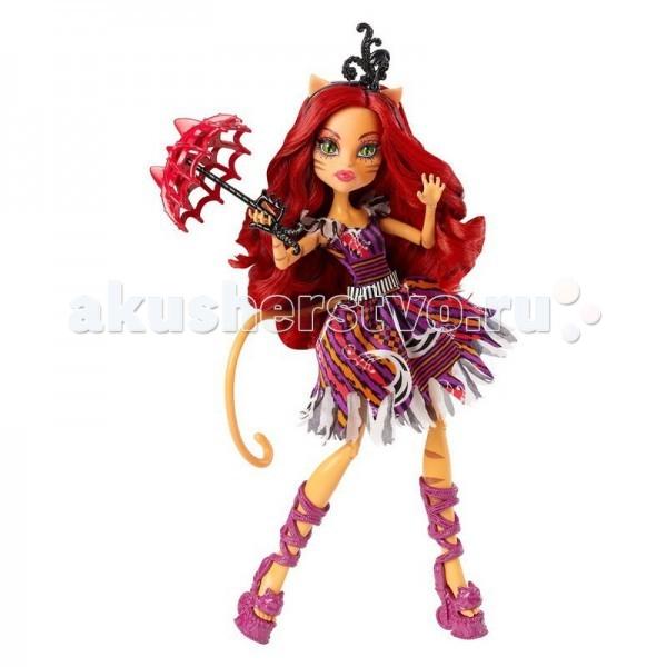 Монстер Хай (Monster High) Кукла Toralie из серии ШапитоКукла Toralie из серии ШапитоКукла Monster High из серии Шапито Toralie не оставит равнодушной ни одну поклонницу Школы монстров.   Особенности: Губы нежно розового цвета, такой же цвет имеется и на веках.  Длинные волосы подчёркивают её женственность и характер. Они имеют тёмно — рыжий цвет, если приглядеться мы сможем видеть одну еле заметную прядь фиолетового цвета. Сами волосы немного накручены. А также цвет её волос хорошо сочетается с её шикарным нарядом. На волосах очень красивый ободок фиолетового цвета на котором имеется небольшой аксессуар в виде чёрного пёрышка. Платье у куклы имеет 5 цветов: коричневый, оранжевый, фиолетовый, розовый и белый.  На платье куклы изображён принт в виде переливающихся волн из рыжего и фиолетового цветов. А также на этих волнах можно увидеть еле заметные узоры белого цвета. Кончики платья будто оборваны, поцарапаны, что характерно для нашей кошечки. Платье на лямках. На них мы видим украшение (рукава) похожие на белые пёрышки.Также у Тореляй есть пояс на котором изображены чёрно — белые полосы. Сапожки длинные фиолетового цвета. На платформе можно заметить разнообразные узоры. В руке у куклы есть миленький зонтик который является главным элементом в коллекции. На верхушке зонта мы видим два ушка, он похож на большую паутина так как имеет сетчатую поверхность. Ручка зонтика похожа на канат, она чёрного цвета. Сам зонт красного цвета.<br>