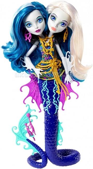 Монстер Хай (Monster High) Кукла Пери и Перл Большой Скарьерный РифКукла Пери и Перл Большой Скарьерный РифКукла Monster High Кукла Пери и Перл Большой Скарьерный Риф не оставит равнодушной ни одну поклонницу Школы монстров.   Коллекция «Большой Скарьерный Риф» / Great Scarrier Reef необычна на первый взгляд, она наполнена новыми персонажами.  Наши герои перевоплатятся в других Монстров, в морских существ — русалок.Пэрл и Пери — дочери гидры и поэтому их двухголовость хорошо обоснована. Имя Пэрл происходит от английского слово «Pearl», что в переводе «Жемчужина». Имя Пэри / Пери происходит, возможн, от слова «Peri», означает «быть рядом, по соседству». Их фамилия «Серпентайн» образована от «serpentine» — змеиный.  Особенности: Пери и Перл Серпентин — новые герои , впервые появившиеся в серии Monster High . С первого взгляда очевидно что это очень необычная кукла! Пери и Перл делят одно тело! При этом сестры очень разные. Пери добрая по характеру, а Перл не очень дружелюбна. А как они будут вести в мультфильме остается загадкой пока его не посмотришь….. Одежда Пери и Перл в виде туники почти не видна за украшениями — так их много! На шее массивное ожерелье, на поясе три толстые золотые цепочки, в ушах у девочек большие длинные серьги, у каждой своего цвета.  Глаза у сестер одинаковые — темно синие, как морская глубина, только макияж разные — у Перл светлый ,а у Пери аквамаринового оттенка.  Хвост у сестер длинный с рельефом чешуек и традиционным для этой серии шарниром посередине.  Плавники розового и зеленого оттенков.<br>
